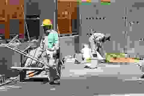 Công nhân oằn mình dưới nắng nóng
