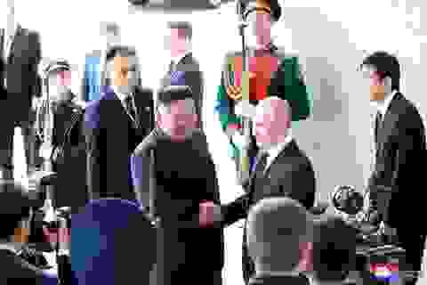 """""""Giải mã"""" khoảnh khắc bắt tay lịch sử giữa ông Putin và ông Kim Jong-un"""