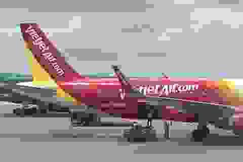 Máy bay bị bong hỏng ốp cánh sau khi đáp xuống Hải Phòng