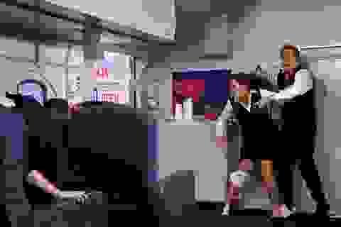 Điều gì sẽ xảy ra khi cửa máy bay đột nhiên bật mở lúc đang bay?