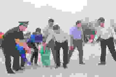 Hàng trăm cán bộ, đoàn viên làm sạch bãi biển, thu gom gần 3,5 tấn rác thải