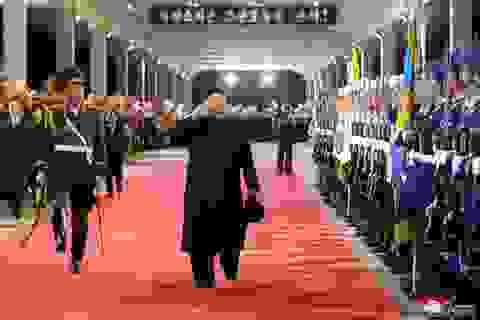 Người Triều Tiên vẫy cờ hoa chào đón ông Kim Jong-un về nước