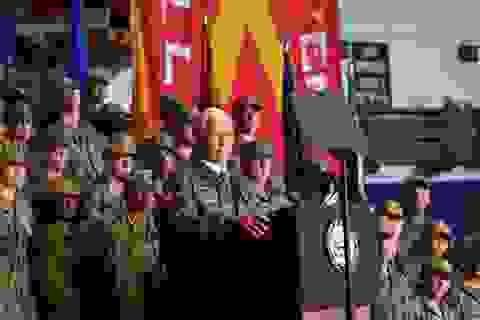 """Binh sĩ Mỹ được chỉ đạo vỗ tay """"như ở câu lạc bộ thoát y"""" để đón Phó Tổng thống"""