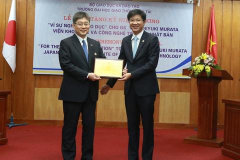 """Trao Kỷ niệm chương """"Vì sự nghiệp giáo dục"""" tới Giáo sư Hideyuki Murata"""
