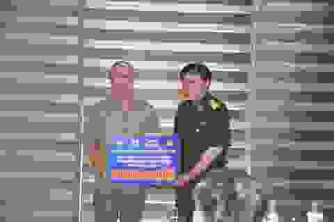 """Quỹ """"Vòng tay đồng đội"""" tiếp tục trao 100 triệu đồng cho các em học sinh nghèo vượt khó tỉnh Sơn La"""