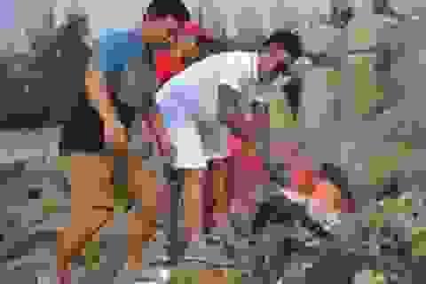 Quảng Ngãi:  Ca sĩ Tuấn Hưng cùng tham gia nhặt rác trên đảo Lý Sơn