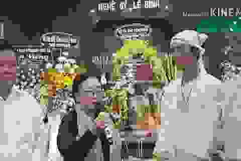 Gia đình Lê Bình trao 100 triệu ủng hộ nghệ sĩ nghèo theo di nguyện của ông