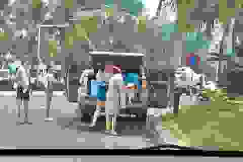 Bức xúc gia đình thản nhiên đỗ ô tô, tắm tráng giữa đường tại Đà Nẵng