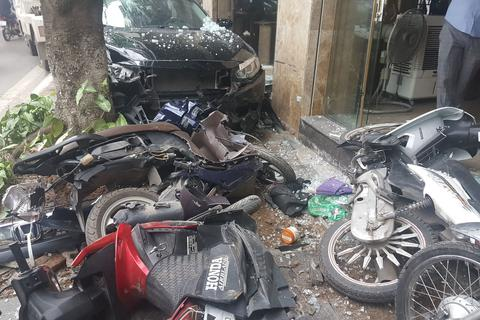 Hà Nội: Ô tô lao lên vỉa hè tông vỡ nát 6 xe máy