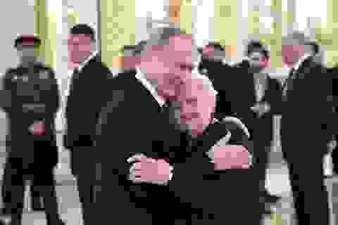 Tổng thống Putin ôm cô giáo cũ trong ngày kỷ niệm chiến thắng phát xít