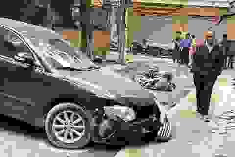 Sốc cảnh chiếc xe Camry lùi không kiểm soát cán chết người ở Hà Nội