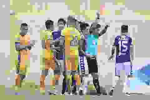 Đình Trọng nhận thẻ đỏ, CLB Hà Nội thảm bại trước Thanh Hoá