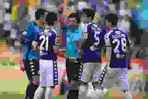 HLV CLB Hà Nội bức xúc với chiếc thẻ đỏ của Đình Trọng