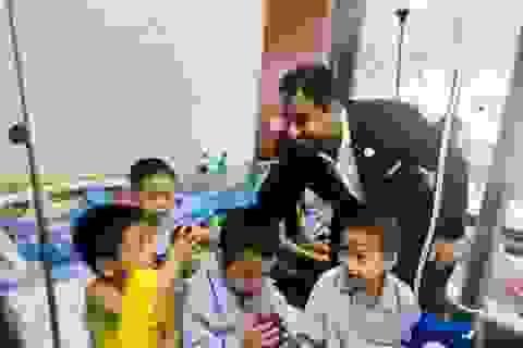 Đại sứ UAE tặng quà cho các bệnh nhân tan máu bẩm sinh Việt Nam