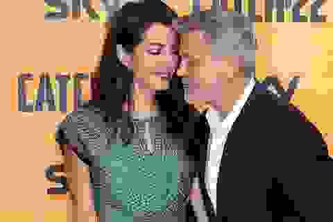 George Clooney tình tứ bên vợ kém 17 tuổi