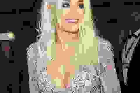 Rita Ora diện váy tím lấp ló ngực đầy