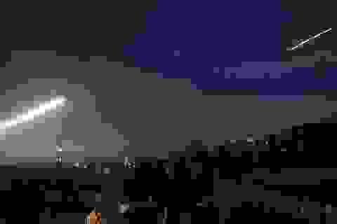 Video Syria bắn hạ tên lửa từ Israel trong đêm