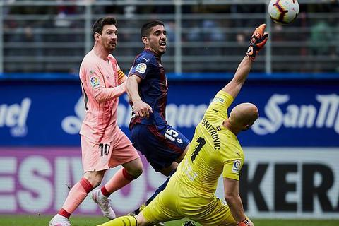 Eibar 2-2 Barcelona: Cú đúp của Messi