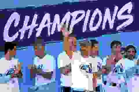 Man City mang các cúp diễu hành quanh thành phố Manchester