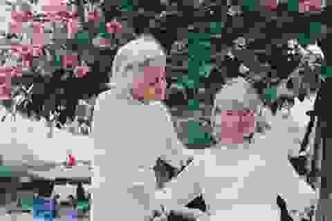 Bộ ảnh ý nghĩa về tình bạn vượt thời gian của hai cụ bà tóc bạc trắng