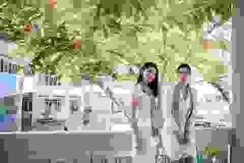 Hoa hậu Thùy Dung đọ dáng cùng Á hậu Thuỳ Dung trên sân trường rợp hoa phượng đỏ