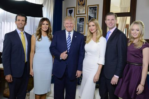 Tổng thống Trump gây bất ngờ với phái đoàn tháp tùng tới Anh