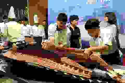 Đầu bếp Hà thành hì hục mổ cá ngừ vây xanh khủng, nặng 200kg