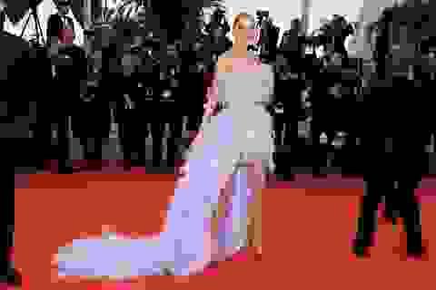 Elsa Hosk rực rỡ với váy tím