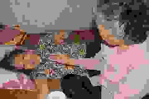 Xót lòng cảnh mẹ già đau yếu lê lết chăm con tàn tật nằm liệt giường.