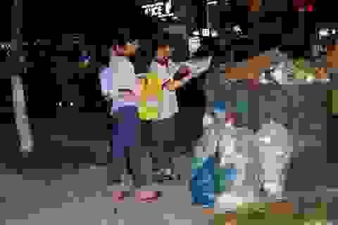 Sau đêm pháo hoa, nhiều bạn trẻ Đà Nẵng dọn rác tạo nên hình ảnh đẹp