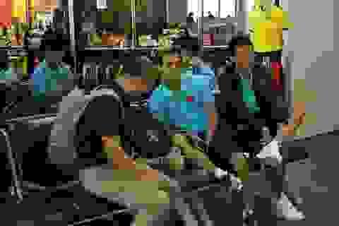 Đội tuyển Việt Nam mệt mỏi tới Buriram sau hành trình hơn 20 tiếng