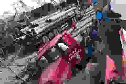 """Xe container sập """"hố tử thần"""" ở Hà Nội, làm vỡ đường ống nước sạch"""