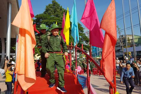 Quảng Ngãi: 111 học sinh trải nghiệm làm chiến sĩ