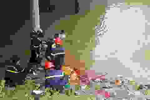 Vụ xe khách lao xuống sông: Thợ lặn đang tìm người dưới sông