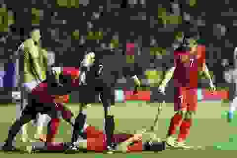 Anh Đức nằm sân vì kiệt sức sau khi ghi bàn vào lưới Thái Lan