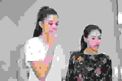 Hoa hậu Tiểu Vy rơi nước mắt khi đến thăm các bé bệnh nhi