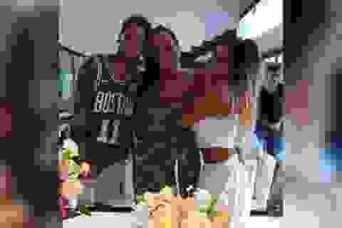 """Con trai bị tố hiếp dâm, mẹ Neymar xin tha thứ cho… """"nạn nhân"""""""