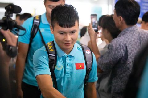 Đội tuyển Việt Nam về đến Hà Nội sau ngôi á quân King's Cup 2019