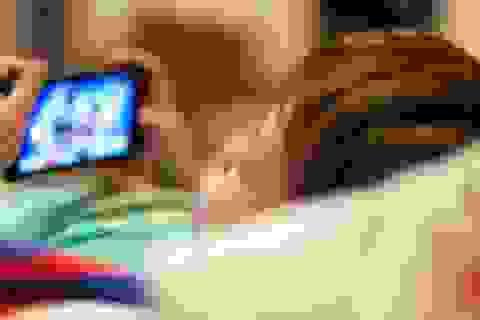 Bé gái 2 tuổi bị cận thị nặng vì cha mẹ cho xem smartphone quá nhiều