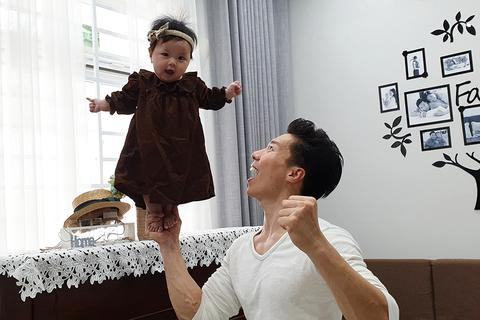 Quốc Nghiệp gây choáng khi làm xiếc với con gái… 6 tháng tuổi