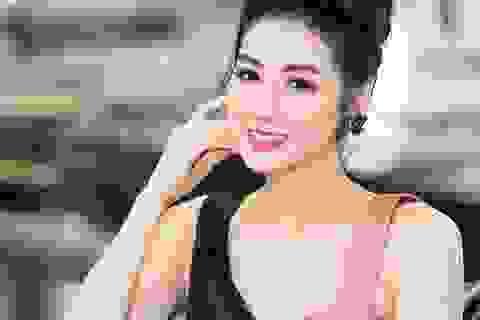 Á hậu Tú Anh xinh đẹp rạng rỡ giữa thời tiết nắng nóng kỷ lục