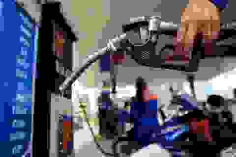 """Vì đâu giá xăng trong nước không giảm """"sốc"""" như thế giới?"""
