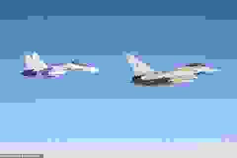 """Khoảnh khắc tiêm kích """"cuồng phong"""" Anh chặn """"hổ mang chúa"""" Su-30 của Nga"""