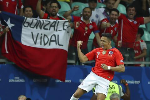 """Sanchez """"nổ súng"""" tằng tằng, Chile giành vé vào tứ kết Copa America"""