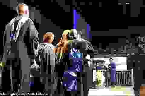Xúc động hình ảnh người cha thay con trai quá cố nhận bằng tốt nghiệp