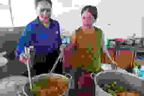 Tình nguyện viên bỏ tiền túi... nấu ăn cho thí sinh