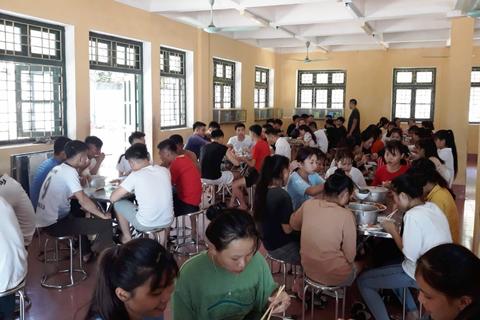 Nhà trường thuê người nấu ăn cho hơn 100 thí sinh miền núi
