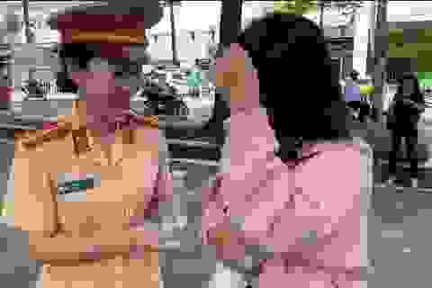 Nữ CSGT xinh đẹp trao nước suối, dặn dò thí sinh tự tin thi