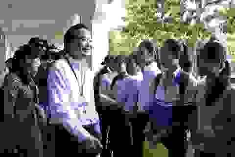 Bộ trưởng Phùng Xuân Nhạ động viên thí sinh trước giờ thi tại Đắk Lắk