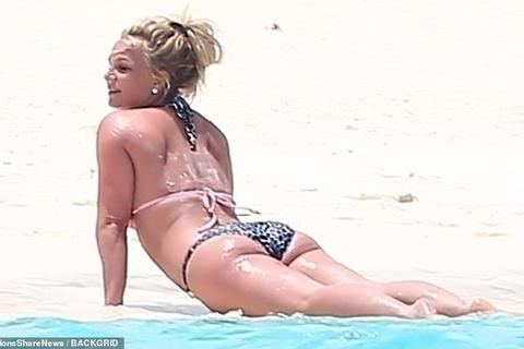 Britney Spears khoe dáng chắc khỏe trên biển